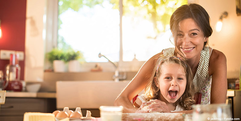 Matka z córką przygotowujące ciasto