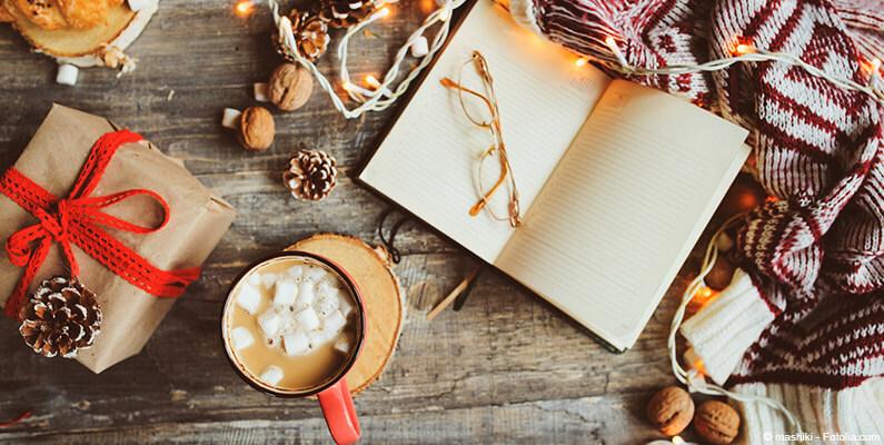 Książka, prezent i okulary.