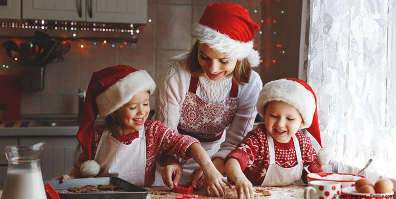 Kobieta z dziećmi przygotowująca świąteczne pierniczki.